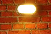 街路灯の古い赤レンガの壁 — ストック写真