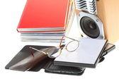 書籍、白で隔離されるのメガネの電子ブック リーダー山 — ストック写真