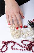 Femme mains un cordon rouge et blanc — Photo