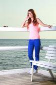 çekici kız iskele genç kadın ve deniz — Stok fotoğraf