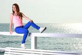 Jonge vrouw aantrekkelijk meisje op zoek op zee — Stockfoto