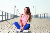 Atraktivní dívka mladá žena molu moře — Stock fotografie