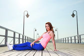 Aantrekkelijk meisje jonge vrouw pier zee — Stockfoto
