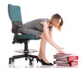 Felice eccitata giovane imprenditrice, rilassante in sedia da ufficio, rel — Foto Stock