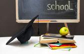 Torna a scuola-board con libri, quaderni e scuola fornisce. — Foto Stock