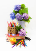 Teacher's Day.Bouquet of flowers hydrangeas and school subjects. — Stockfoto