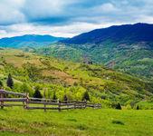 Valla en prado de la ladera en la montaña. — Foto de Stock