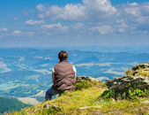 Woman sitting and looking at the Carpathian Mountains — Stock Photo