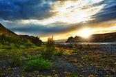 Middernacht instelling zon lits prachtig vulkanische rotsen en rivieren op thorsmork, ijsland — Stockfoto
