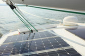 Zonnepanelen opladen van accu's aan boord van zeilboot — Stockfoto