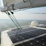 painéis solares, carregamento de baterias a bordo do barco a vela — Foto Stock