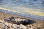 轮胎的海滩上 — 图库照片