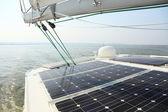 Solpaneler som laddar batterier ombord på segelbåt — Stockfoto