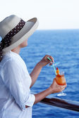 Pretty girl with a cocktail on a journey — Stock Photo