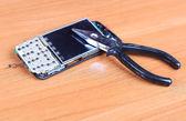 修复破碎的移动电话 — 图库照片