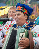 Woman sings and plays the accordion, entertain people — Stock Photo