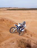 Corridore su moto gite in montagna — Foto Stock