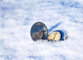 Clock lying in the snow — Stockfoto