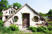 Abandoned house in grassy  — Stock Photo