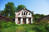 Abandoned manor house in grassy — 图库照片