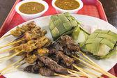 Satay de frango e carne de carneiro com molho de amendoim ketupat — Fotografia Stock