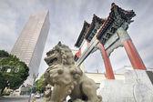Kinesiska foo hund på chinatown porten hänrycker — Stockfoto