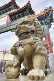 Çin mmale foo köpek koruyucu chinatown kapısında — Stok fotoğraf