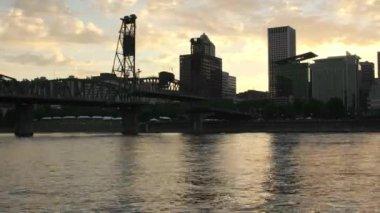 Portland oder in der Innenstadt bei Sonnenuntergang mit Unentschieden Brücke timelapse — Stockvideo