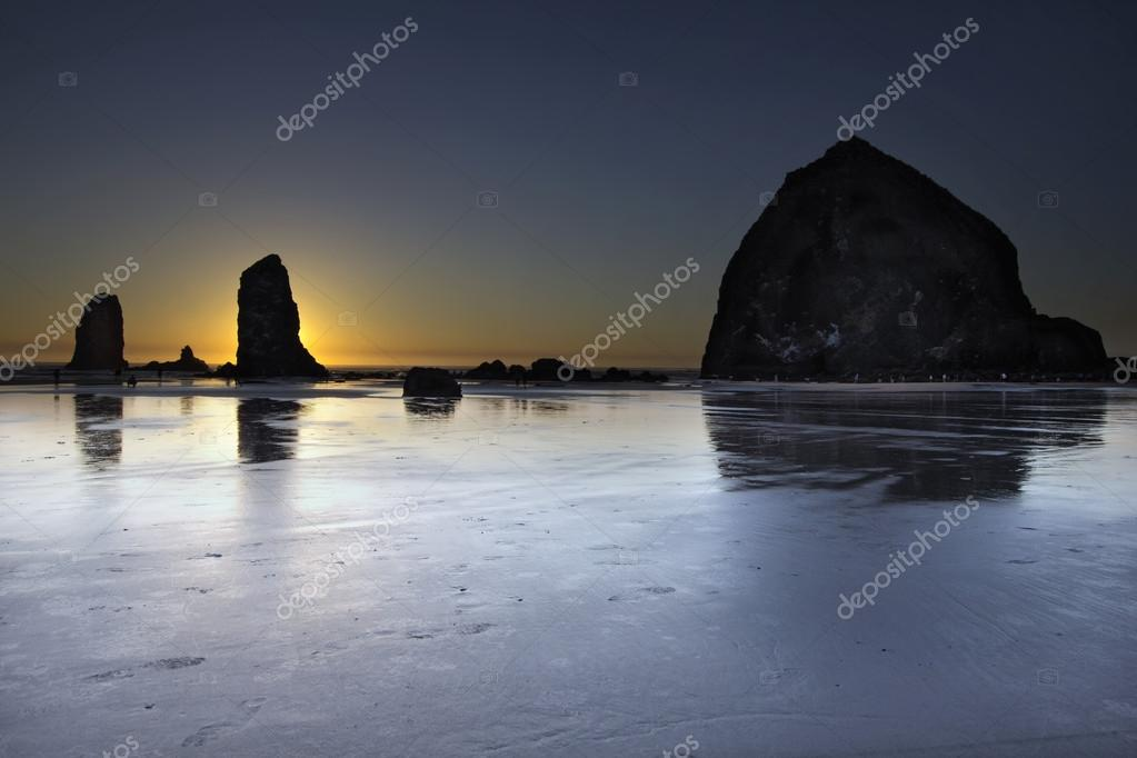 Haystack Rocks and the Needles at Cannon Beach Oregon Coast at Low Tide During Sunset — 图库照片 #12971013