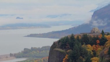 Vista House along Columbia River Gorge with Fall Colors in Oregon Timelapse — Stock Video