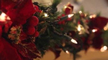 новогоднее украшение гирлянда фоне мерцающих огней — Стоковое видео