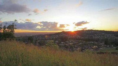 Sunset over Happy Valley City in Oregon with Moving Clouds and Colorful Sky Timelapse 1080p — Vídeo de stock