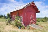 Velho barracão celeiro vermelho — Fotografia Stock