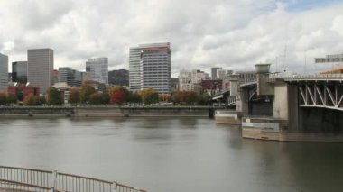Portland Oregon Downtown City Skyline Waterfront View with Hawthorne and Morrison Bridges along Willamette River Traffic and Clouds Time Lapse in Fall Autumn Season 1080p — Stock Video