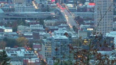 波特兰俄勒冈市市中心 time lapse 快速移动交通和光径在晚上 1920 x 1080 — 图库视频影像