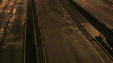 свет тропы время промежуток на межгосударственный автострад в час пик города портленд орегон ночью 1920 x 1080 — Стоковое видео