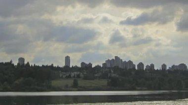 クローズ アップ都市スカイライン ビューと移動雲タイムラプス 1920 x 1080 バーナビー bc カナダのディア レイク — ストックビデオ