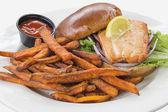 Stek z łososia kanapkę z słodkie ziemniaki frytki — Zdjęcie stockowe