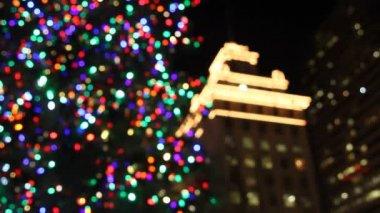 Holiday julgran med festliga färgglada lampor i pioneer courthouse square på natten 1080p — Stockvideo