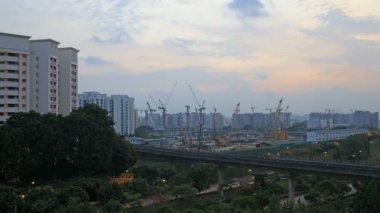 Singapore Volkshuisvesting ontwikkeling bouw kranen en freeway licht paden in punggol estate op kleurrijke zonsondergang time-lapse 1080p — Stockvideo