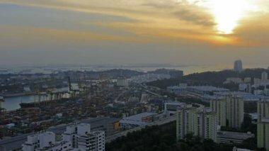 Přístav Singapur průmyslové scéna s dálnici provoz bytu a byt budov na zlaté slunce časová prodleva 1080p — Stock video