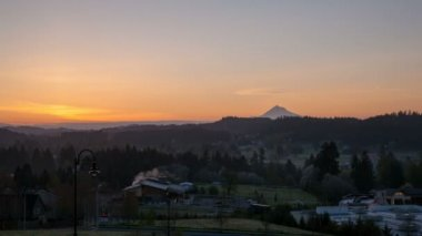 Sunrise over Oregon Cascade Range in Happy Valley City Time Lapse Early Morning with Golden Sun Rays and Snow Covered Mt. Hood 1080p — Stock Video