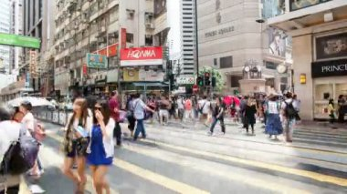 CAUSEWAY BAY, HONG KONG - MAY 31, 2014: Time lapse of pedestrians and auto traffic crossing busy intersection at Times Square in Causeway Bay Hong Kong. Causeway Bay is a popular tourist destination — Stock Video