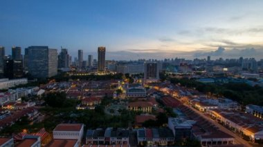 Time lapse movie of sunset to blue hour over Kampong Glam with Singapore Urban cityscape. Kampong Glam is a Malay village where the Sultan Mosque and Malay Heritage Center are located 1080p — Stock Video