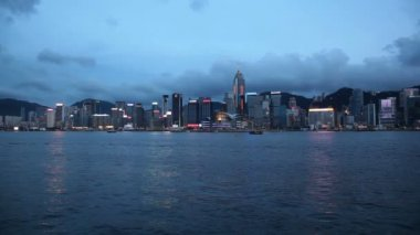 VICTORIA HARBOUR in Central Hong Kong viewed from Tsim Sha Tsui in Kowloon, Hong Kong at Blue Hour. Tsim Sha Tsui Promenade is a major tourist attraction 1080p — Stock Video