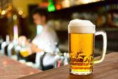 在一家餐馆中的啤酒玻璃 — 图库照片
