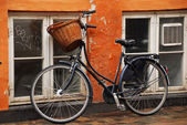 Bicycle leaning against a wall — Stock Photo