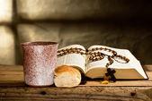 Biblia y rosario — Foto de Stock