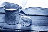 Библия с чашей — Стоковое фото