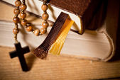 Bible And Rosary — Stockfoto